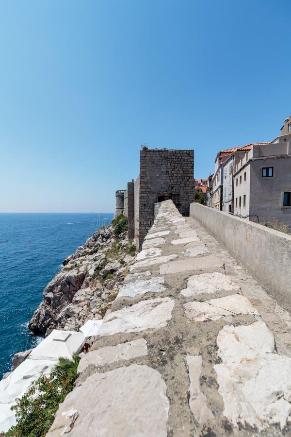 Weergeven van de Dubrovnik-stadsmuren stock foto's