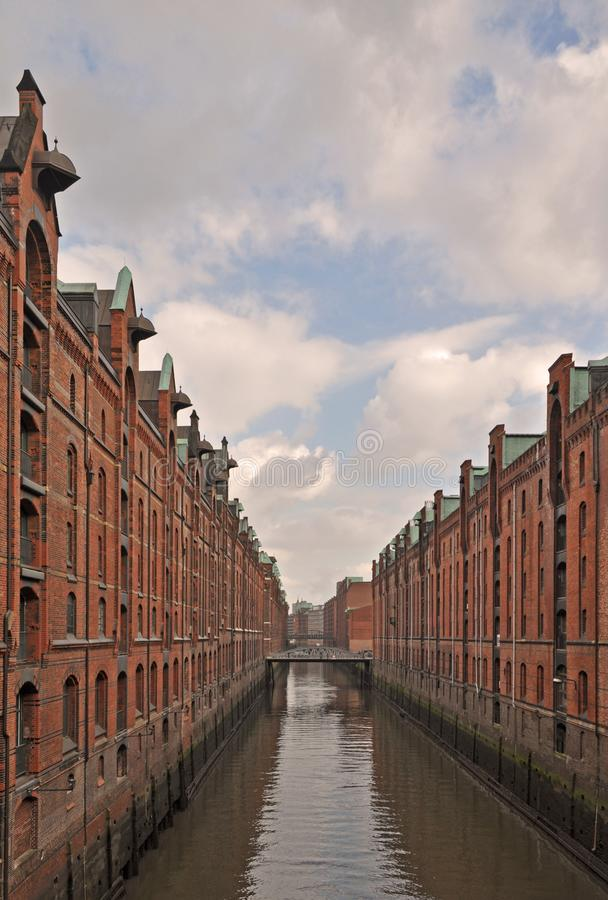 Weergeven van de Elbe rivier, die door het iconische Speicherstadt of oude fabriek en pakhuisdistrict in de stad van Hamburg, Ger stock foto's