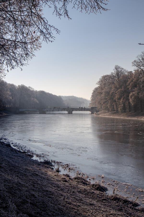 Weergeven van de gedeeltelijk bevroren rivier royalty-vrije stock afbeeldingen