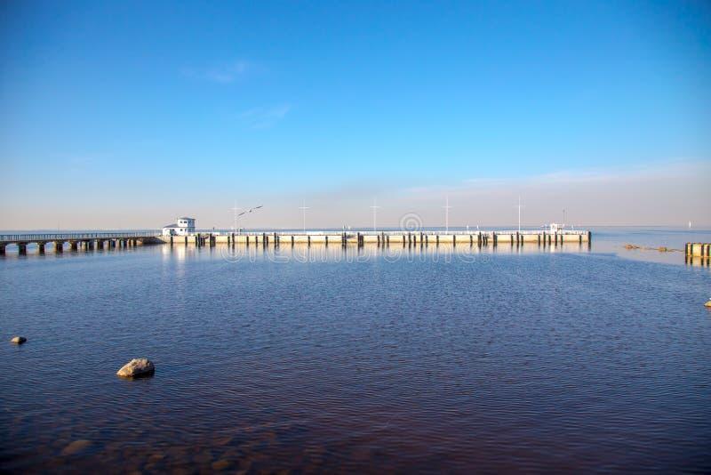 Weergeven van de Golf van de horizon van Finland met een herenhuis op een klein eiland in het Peterhof-Museum De zonnige dag van  royalty-vrije stock afbeelding