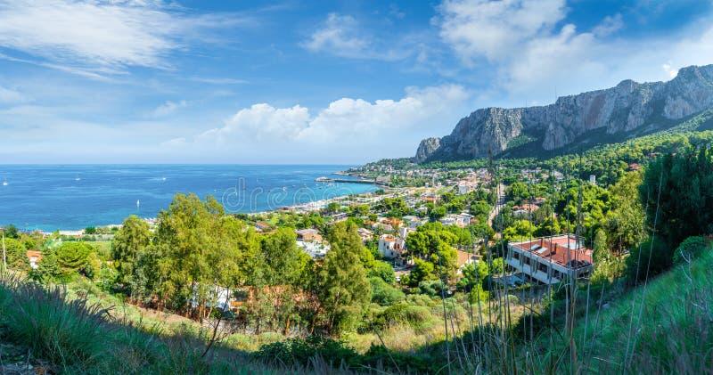 Weergeven van de golf van Mondello en Monte Pellegrino, Palermo, Sicilië, Italië stock afbeelding