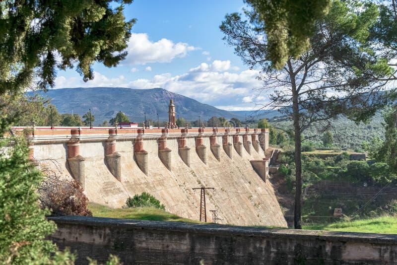 Weergeven van de grote dam van het Guadalen-reservoir met zijn roodachtige kleuren, het historisch werk stock foto