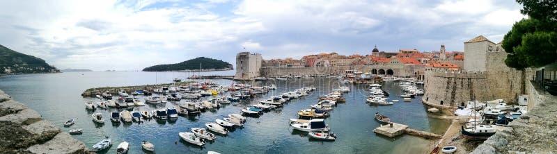 Weergeven van de haven en de muren van Dubrovnikroyalty-vrije stock foto's