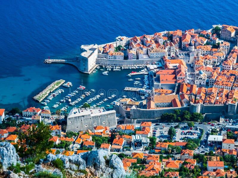 Weergeven van de haven en de oude stad in Dubrovnik-Stad stock foto's