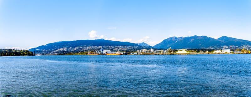 Weergeven van de het Noordenkust van de Haven van Vancouver met de Brug van de Leeuwenpoort in de afstand stock foto's