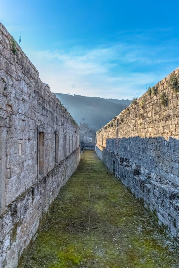 Weergeven van de historische bouw in ru?nes, binnen klooster van St Joao van Tarouca, detail van geru?neerde murengang met spanwi royalty-vrije stock afbeelding