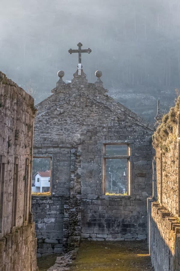 Weergeven van de historische bouw in ru?nes, binnen klooster van St Joao van Tarouca, detail van geru?neerde muur met spanwijdten royalty-vrije stock foto's