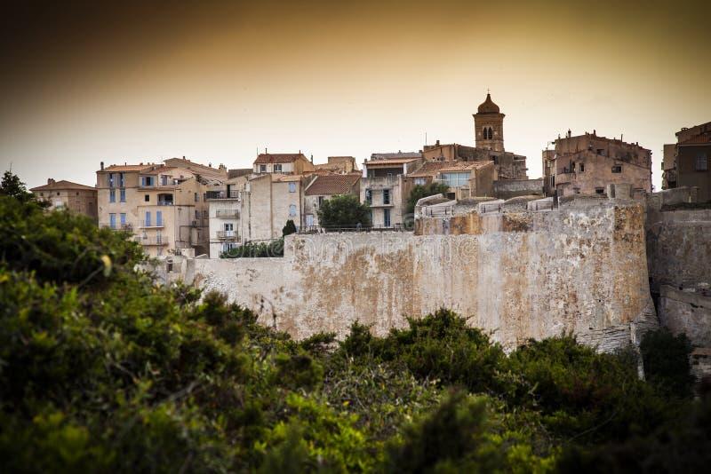 Weergeven van de historische stad van Bonifacio in Corsica stock afbeeldingen
