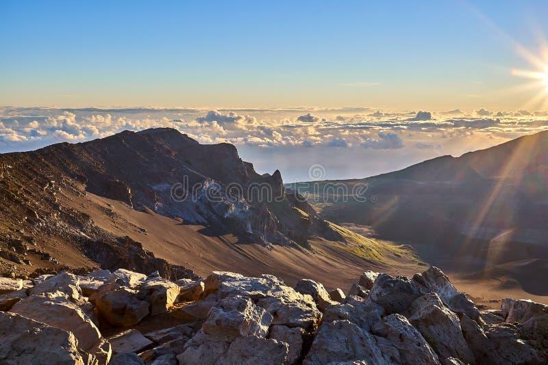 Weergeven van de hoogten van de Haleakala-berg hoger dan de wolken in Hawaï royalty-vrije stock foto's