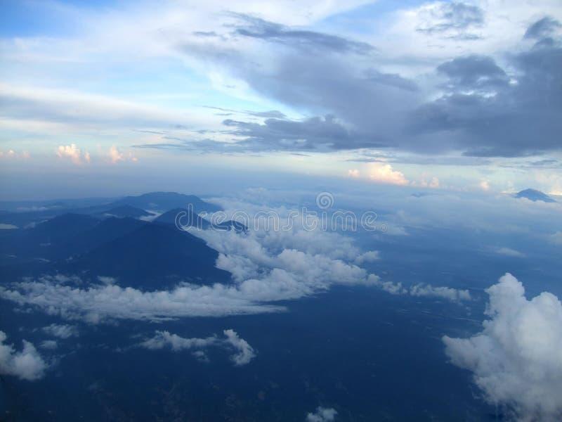 Weergeven van de horizon, de hemel en het oceaanoverzees van de lucht royalty-vrije stock afbeelding