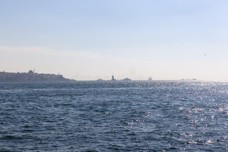 Weergeven van de Horizon van Istanboel en Meisjetoren in de Afstand royalty-vrije stock afbeeldingen