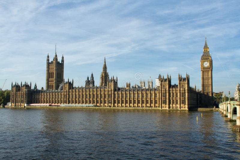 Weergeven van de Huizen van het Parlement van zuidenkant van rivier Theems royalty-vrije stock foto's