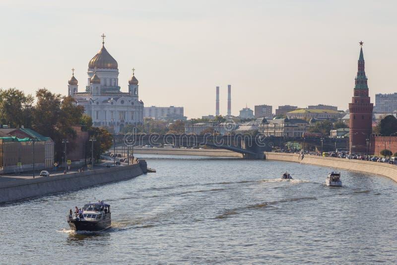 Weergeven van de Kathedraal van Christus de Verlosser, een Grote Steenbrug, Moskou, Rusland royalty-vrije stock foto