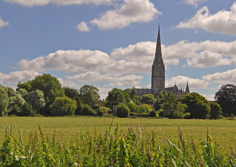 Weergeven van de kathedraalkerk van Salisbury van Heilige Maagdelijke Mary bij zonsopgang van het Oosten stock fotografie