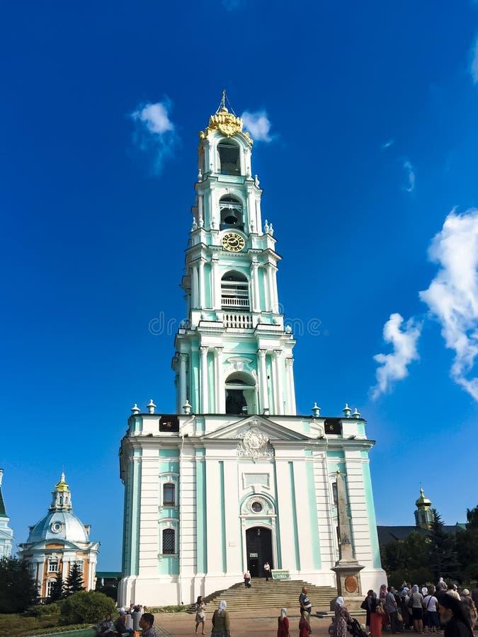 Weergeven van de klokketoren van Drievuldigheidssergius lavra, Rusland De Plaats van de Erfenis van de Wereld van Unesco stock foto