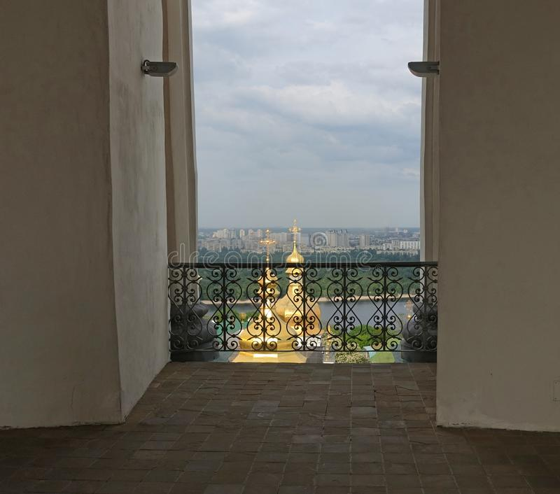 Weergeven van de koepels van Kiev Pechersk Lavra en Dnieper van Lavra Bell Tower stock fotografie