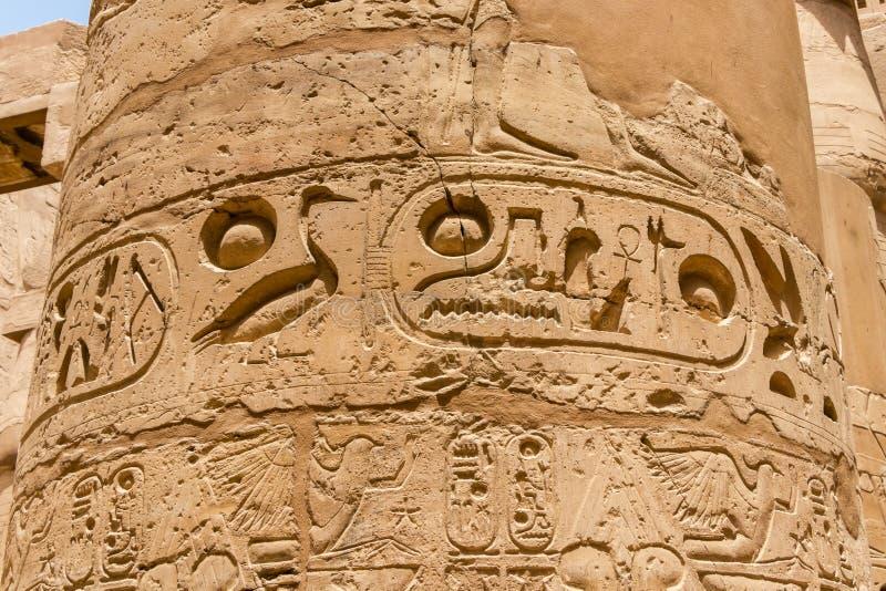 Weergeven van de kolom met oude hiërogliefen bij de Karnak-Tempel in Luxor, Egypte stock afbeeldingen