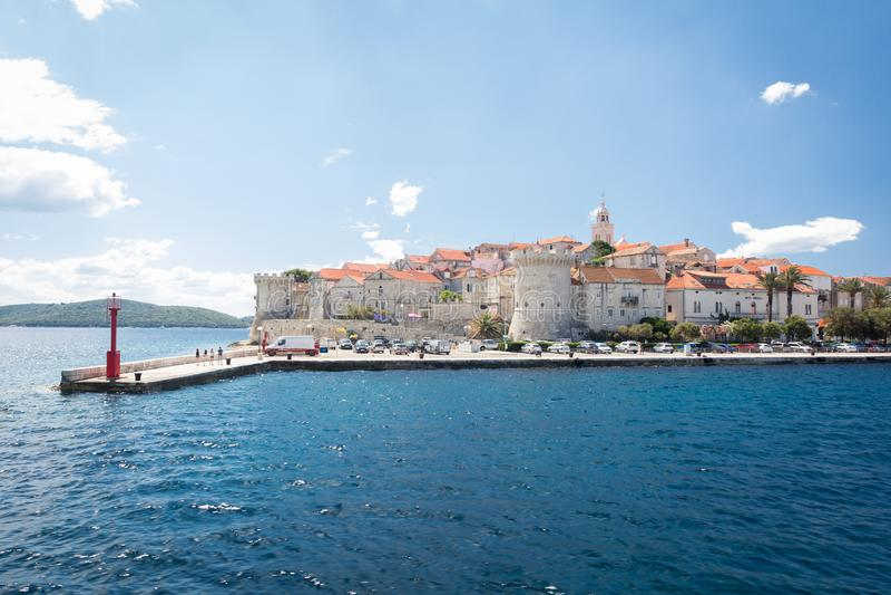 Weergeven van de Korcula-stad van het overzees, Korcula-eiland, Dalmatië, Kroatië stock foto's