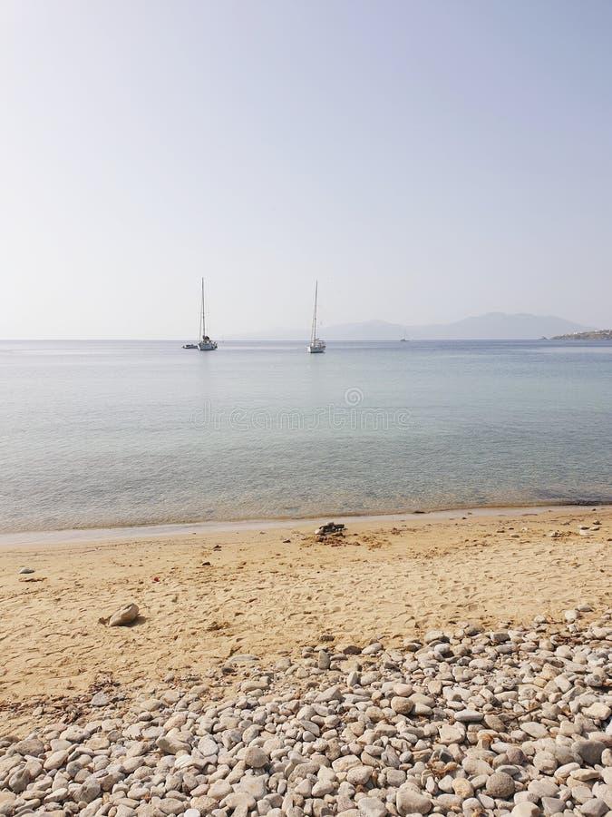 Weergeven van de kust van varende boten stock afbeelding