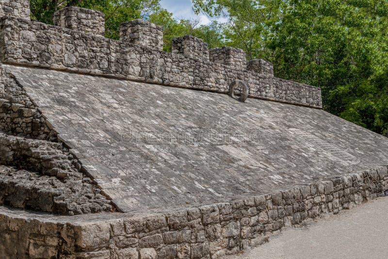 Weergeven van de Mayan piramide, met de ring van het Pelotaspel op bovenkant royalty-vrije stock fotografie