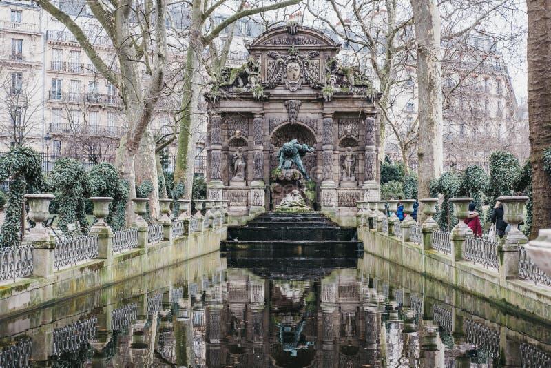 Weergeven van de Medici-Fontein in de Tuinen van Luxemburg, Parijs, Frankrijk stock afbeeldingen
