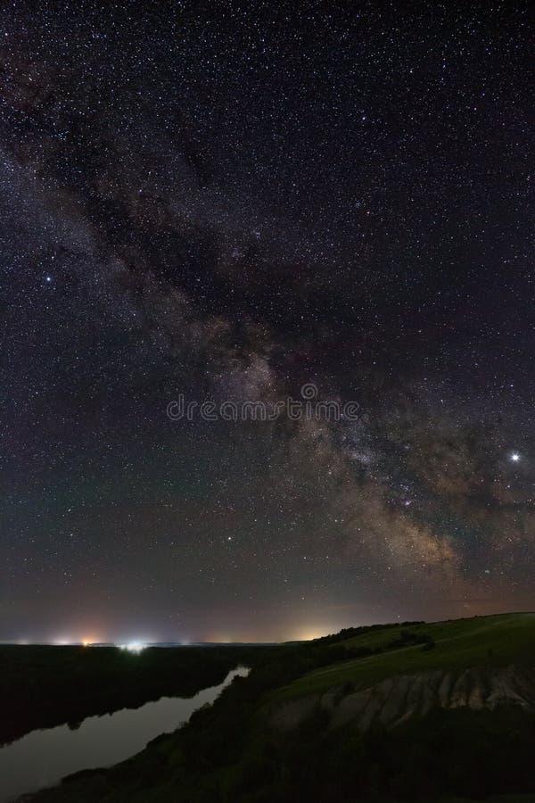 Weergeven van de Melkweg over de rivier Heldere sterren van de nachthemel Astrophotography met een lange blootstelling stock foto's