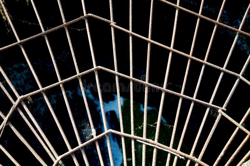 Weergeven van de metaalversterking in de vorm van een Web tegen het openen, de zon bij zonsondergang royalty-vrije stock foto's