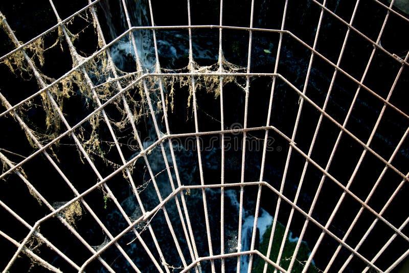 Weergeven van de metaalversterking in de vorm van een Web tegen het openen, de zon bij zonsondergang stock foto's