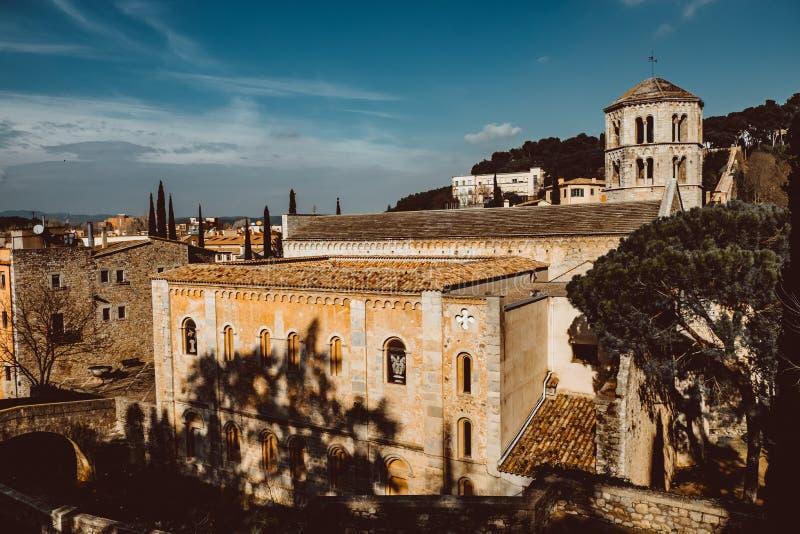 Weergeven van de middeleeuwse stad van Girona met de Kathedraal van St Mary en de Kerk van St Feliu Girona, Spanje royalty-vrije stock afbeelding