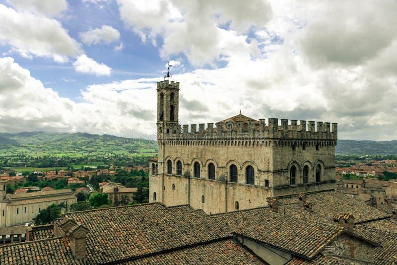 Weergeven van de middeleeuwse stad van Gubbio in de de zomerdag, Umbri? in Itali? stock afbeeldingen