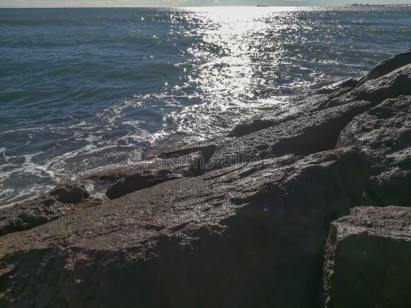 Weergeven van de Middellandse Zee die tegen de rotsen breken stock afbeelding