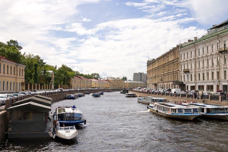 Weergeven van de Moika-rivier van de Groene brug, St. Petersburg, Rusland Motorboten voor toeristen op de Moika-rivier stock foto