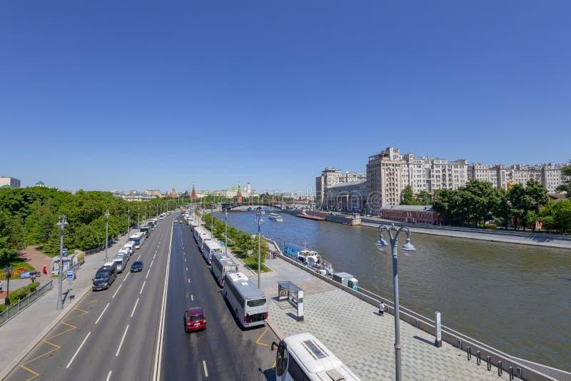 Weergeven van de Moskva-Rivier, de Grote Steenbrug en de dag van het Kremlin, Moskou, Rusland stock fotografie