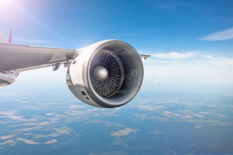 Weergeven van de motor op de vleugel van de vliegtuigen tijdens de vlucht in de hemel stock afbeelding