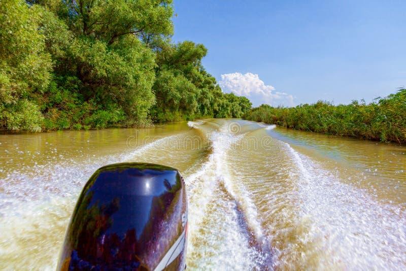 Weergeven van de motorboot aan de mooie aard en de rivier royalty-vrije stock foto's