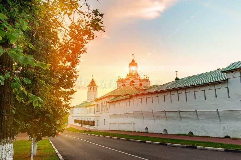 Weergeven van de muur en de klokketoren van het oude architecturale, historische en de kunst museum-reserve van Yaroslavl Spassky stock afbeeldingen