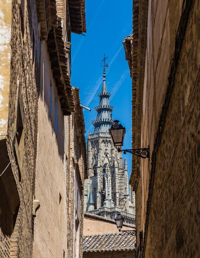 Weergeven van de oude straten van de spits van Toledo Cathedral in Toledo, Spanje stock afbeeldingen