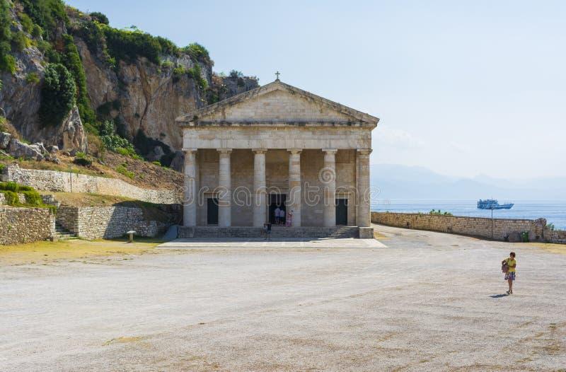 Weergeven van de oude vesting van Korfu met de orthodoxe kerk van Heilige George royalty-vrije stock afbeeldingen