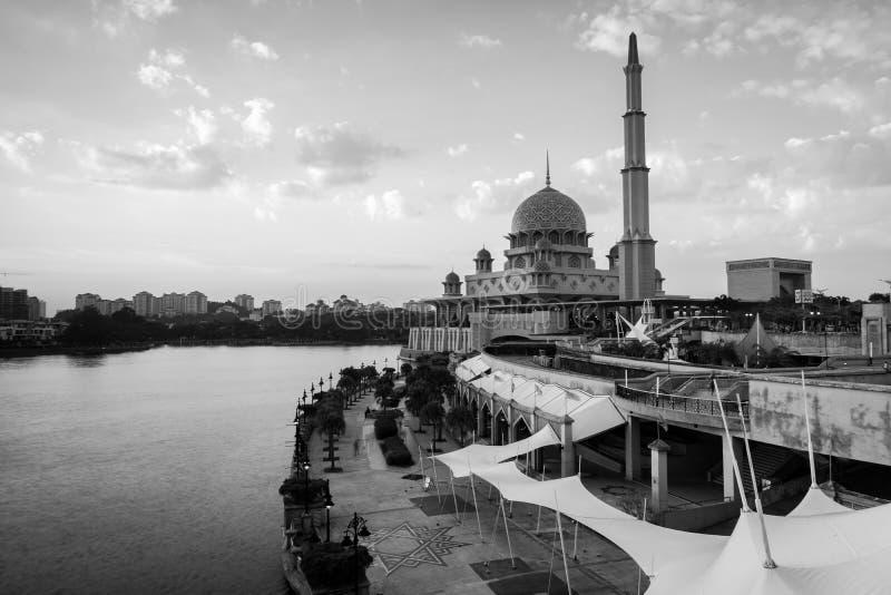 Weergeven van de Putra-Moskee in de bewolkte dag zwart-witte landschapsrichtlijn stock afbeelding