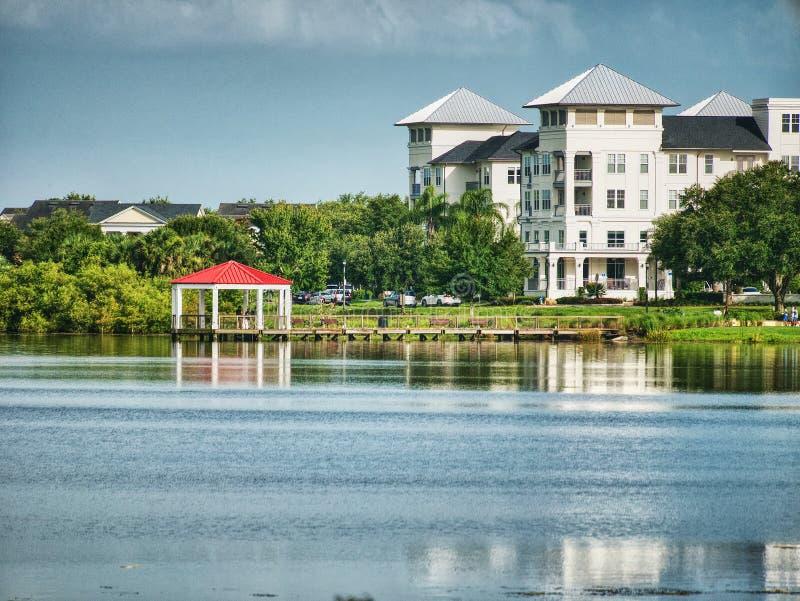Weergeven van de rand van het meer in het park royalty-vrije stock fotografie