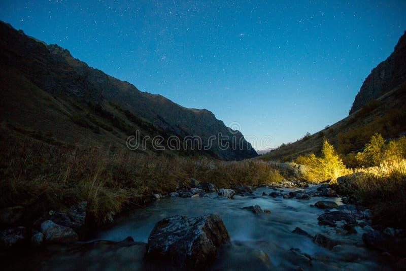 Weergeven van de rivier en de vallei van Baduk bij nacht stock afbeeldingen