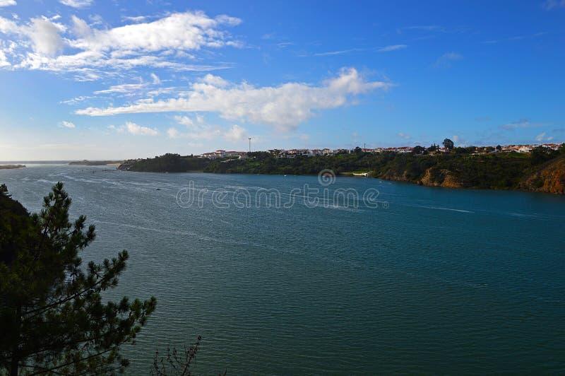 Weergeven van de rivier Mira en de stad Vila Nova de Milfontes royalty-vrije stock afbeeldingen