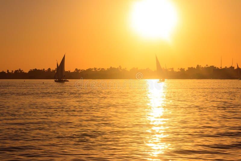 Weergeven van de rivier van Nijl met zeilboten bij zonsondergang in Luxor, Egypte royalty-vrije stock fotografie