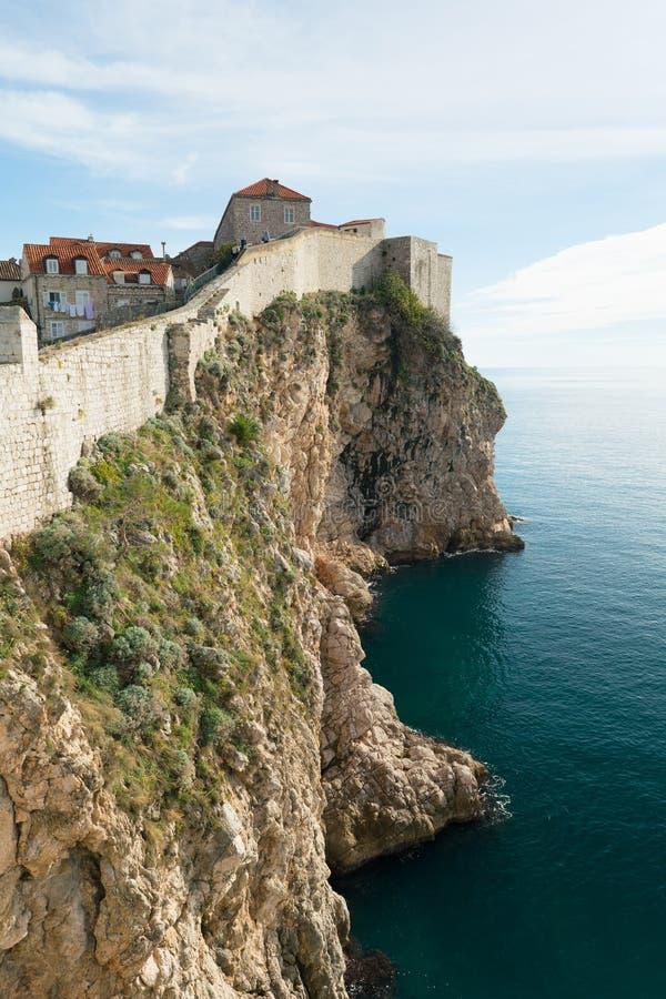 Weergeven van de rotsen en de muur van oude Dubrovnik royalty-vrije stock afbeelding