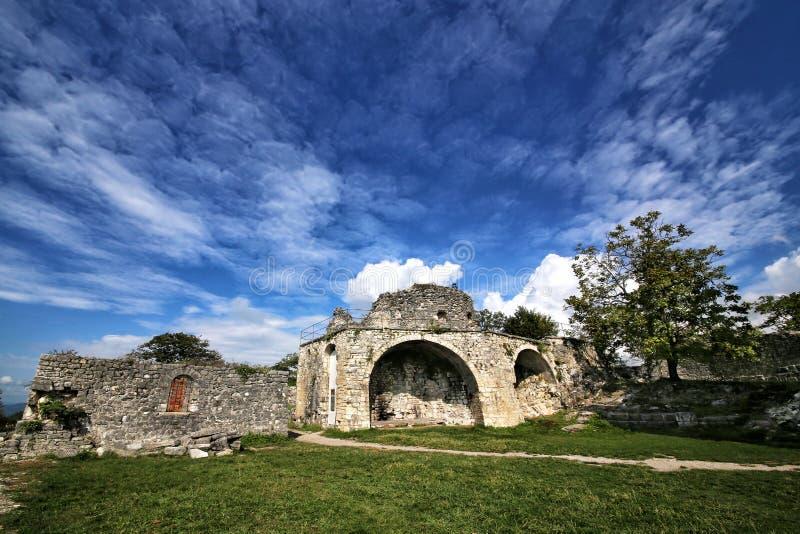 Weergeven van de ruïnes van de Anakopia-vesting van de 7de eeuw stock foto's
