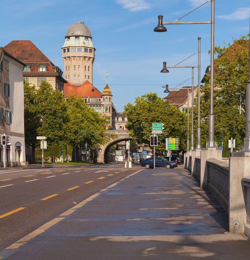 Weergeven van de Rudolf Brun-brug naar Uraniastrasse-straat in de stad van Zürich, Zwitserland royalty-vrije stock afbeeldingen
