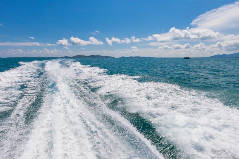 Weergeven van de rug van de motorboot Mooie mening van sameteiland Thailand royalty-vrije stock foto's