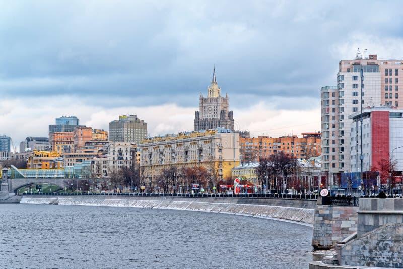 Weergeven van de Savvinskaya-dijk van de rivier van Moskou, buil royalty-vrije stock fotografie