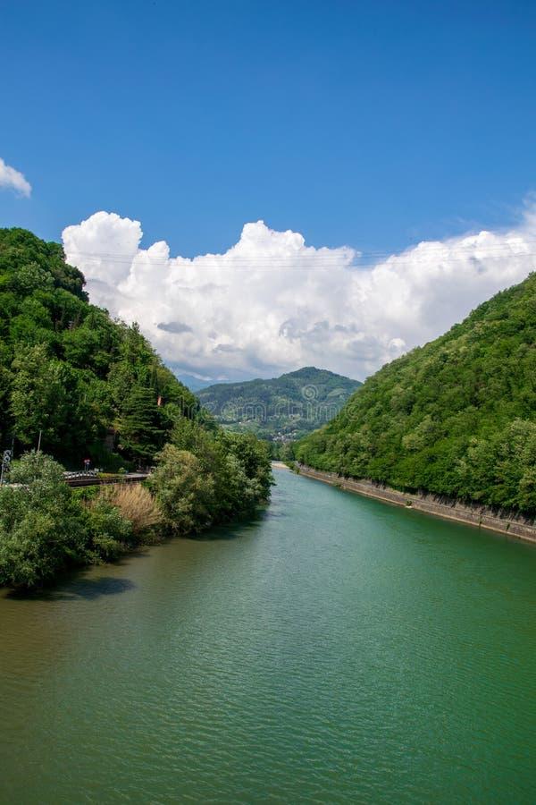 Weergeven van de Serchio-rivier van de brug in Borgo een Mozzano, genoemd de 'Brug van de Duivel 'of 'Maddalena Bridge ' royalty-vrije stock afbeelding