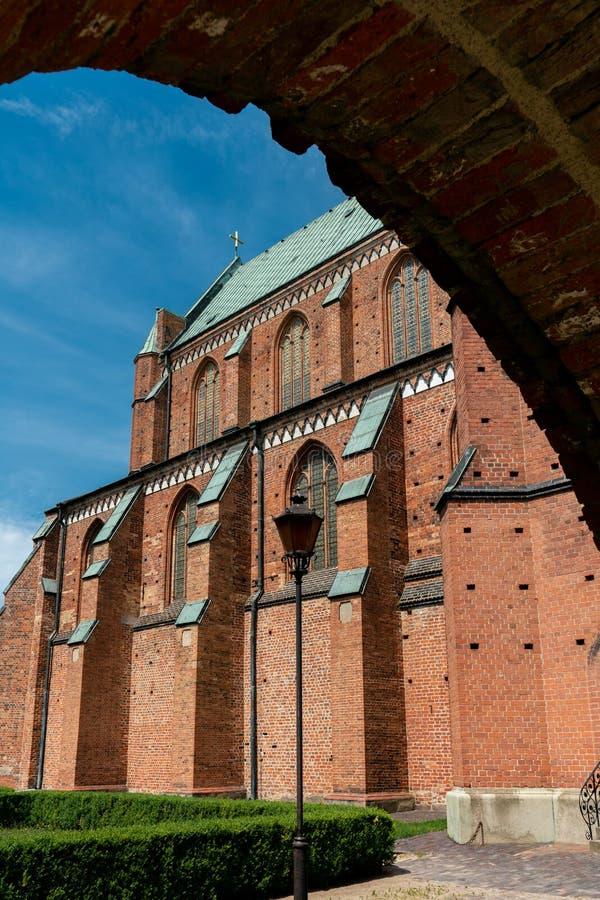 Weergeven van de Slechte gotische kathedraal van Doberan op een heldere zonnige dag stock afbeelding